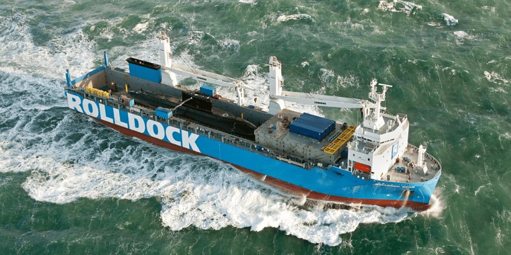 El puerto de Tenerife acoge operativa de embarque de un yate en un semisumergible