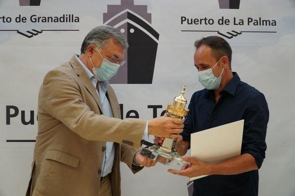 Carlos González entrega el premio a Carlos Lorenzo