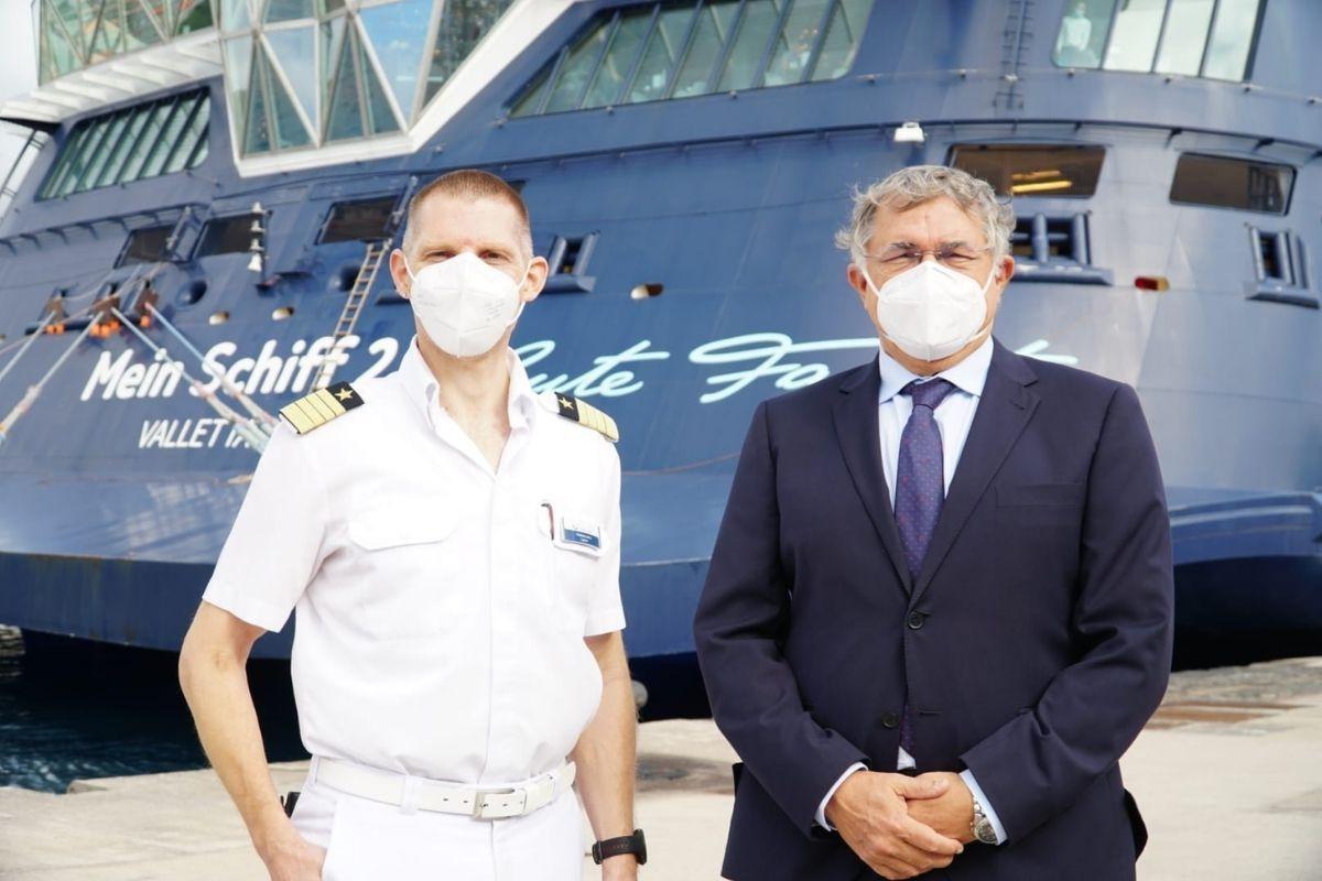 Mein Shiff2 con pasajeros en Tenerife, presidente y capitán