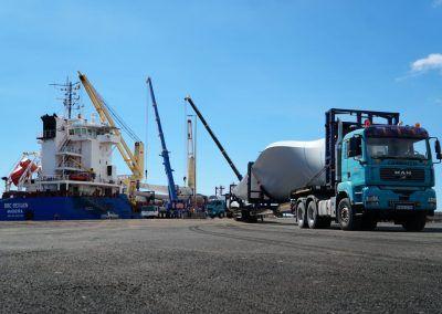 Descarga generadores eólicos puerto de Granadilla en camión
