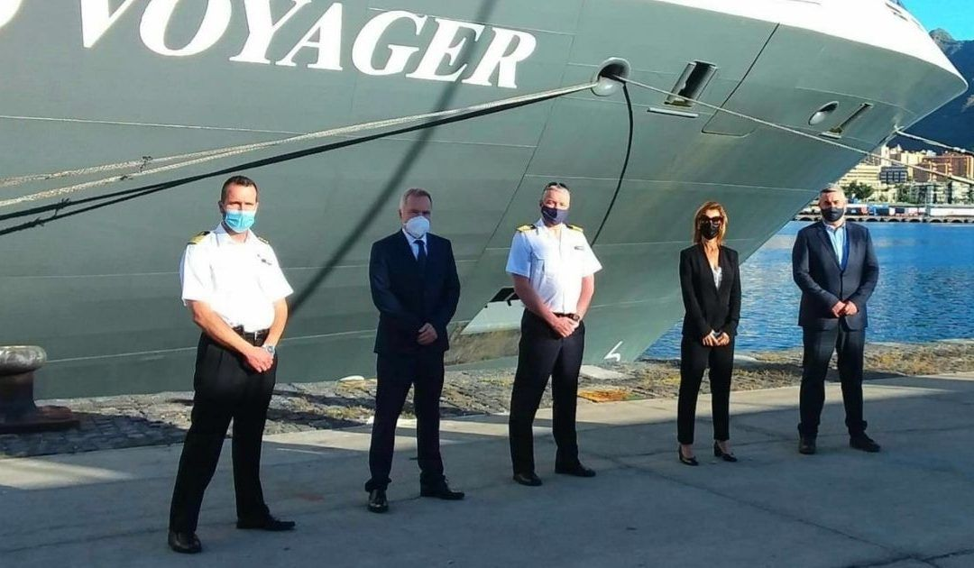 metopa World Voyager con el director de Puertos de Tenerife y su tripulación