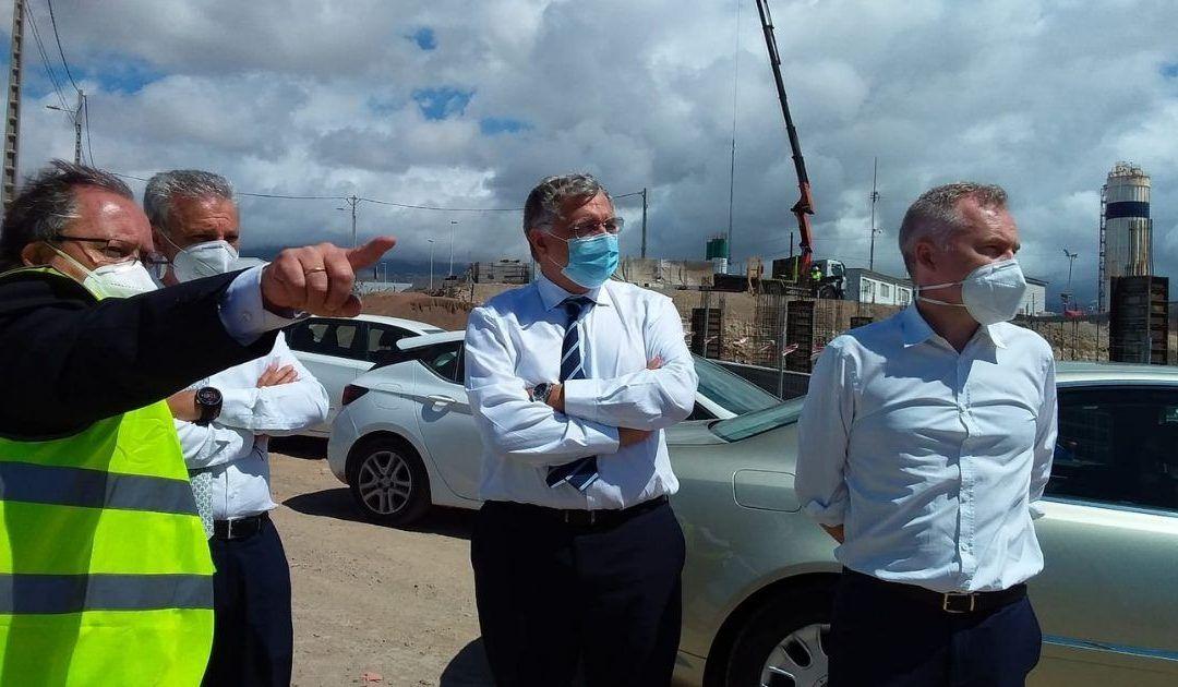 Francisco Toledo conoce la problemática del sistema portuario tinerfeño en su visita a la isla